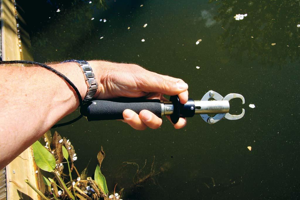 Den Lip Grip (oben) sieht man am Wasser immer häufiger. Aber er kann den Hecht verletzen und ist daher ungeeignet, wenn man einen Fisch zurücksetzen will. Foto: BLINKER/ Bertus Rozemeijer