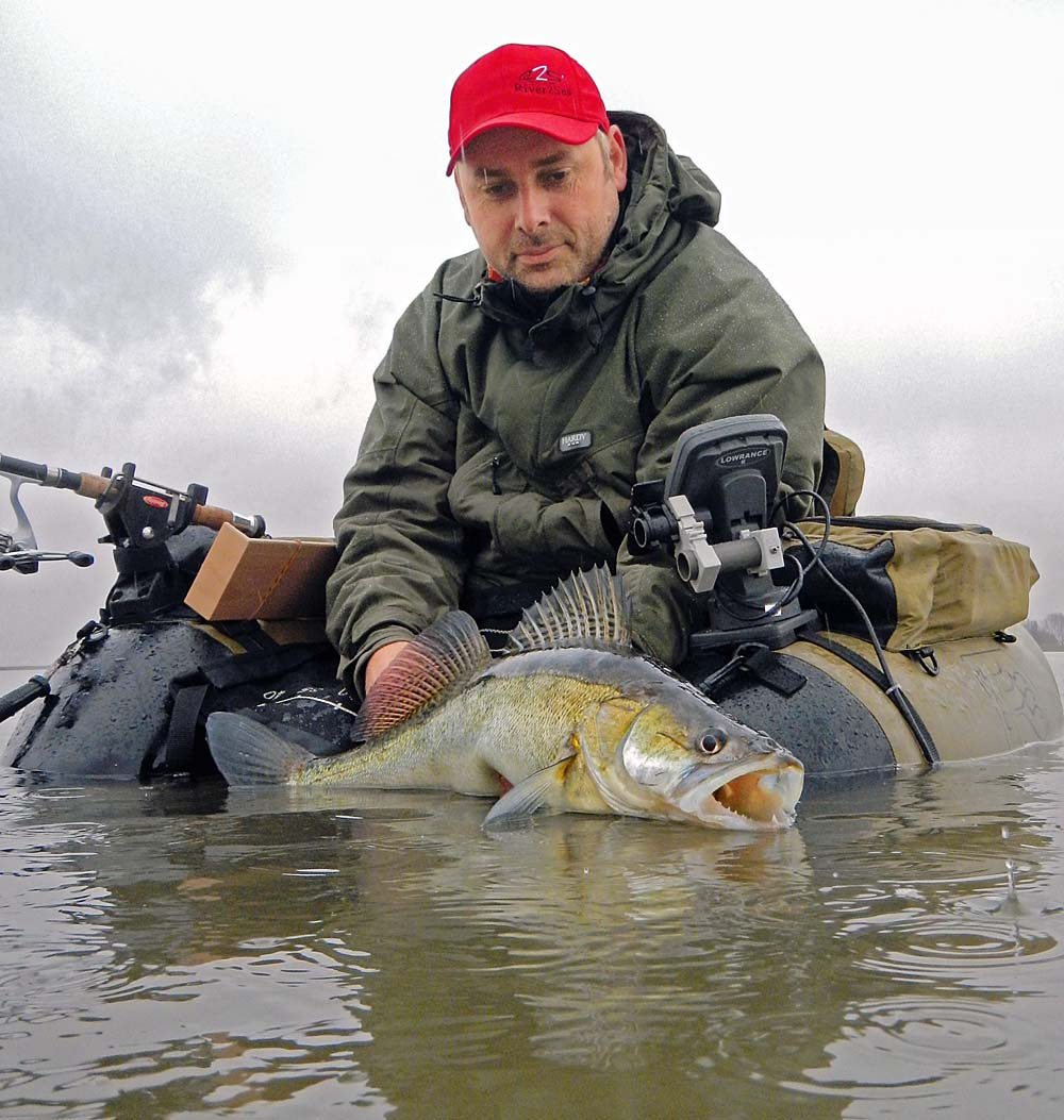 Zander sind für Marc Hoeben mit dem Belly-Boot eine zielsichere Angelegenheit.