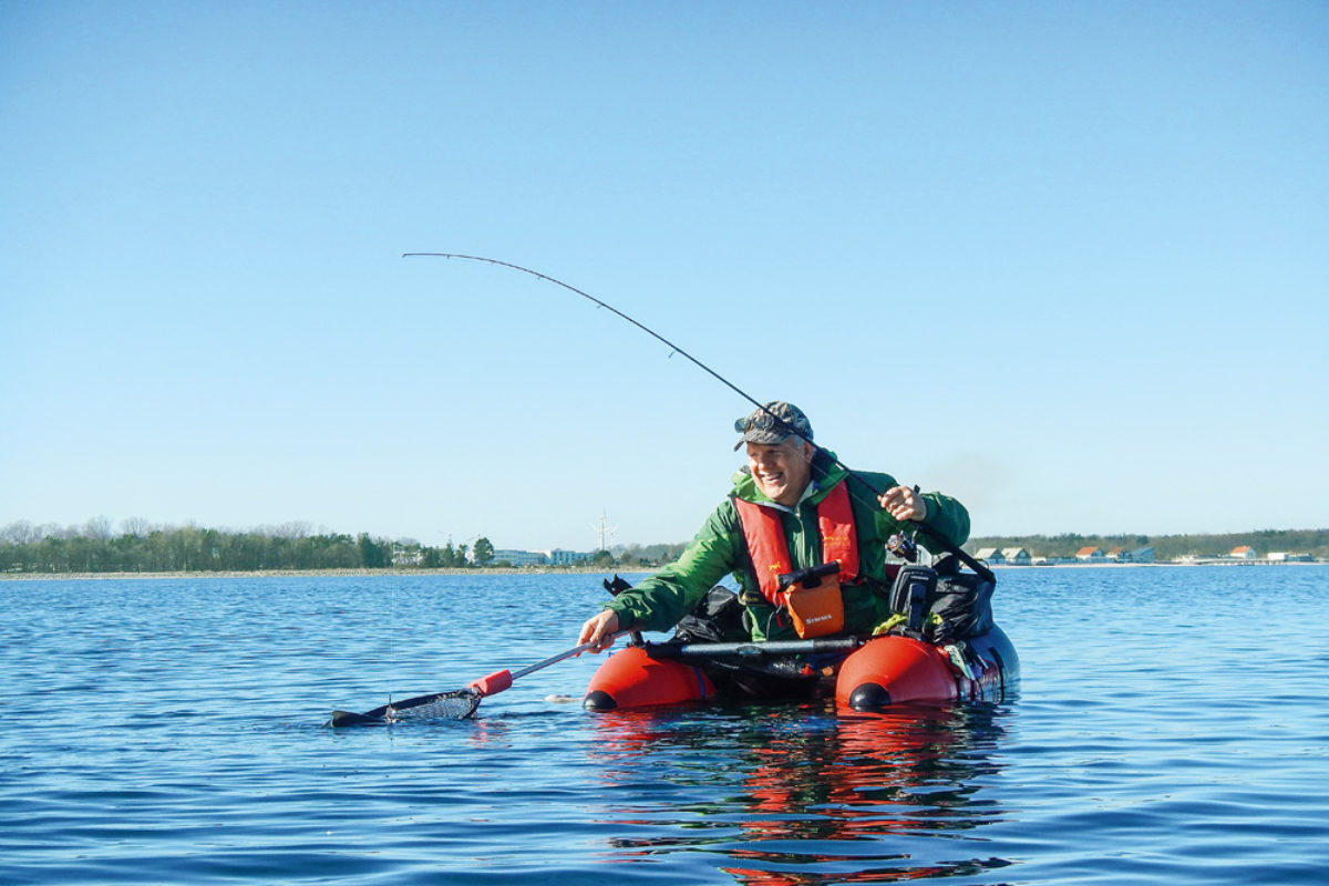 Das fetzt: mit den Füßen im Wasser, eine ultraleichte Spinnrute in der Hand und die Fische direkt unter sich – Belly-Boot -Angeln ist Spaß pur.