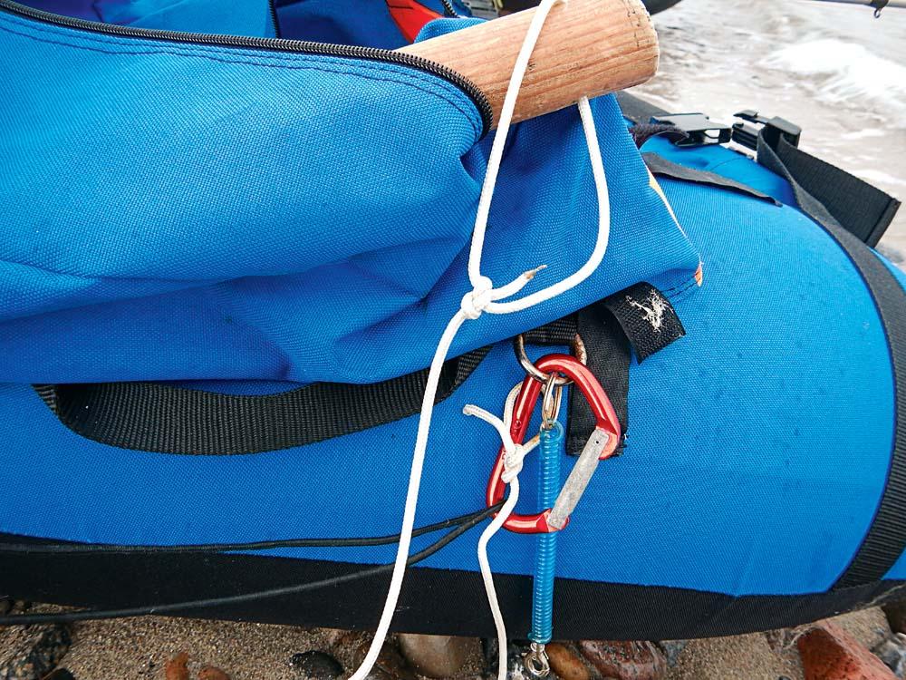 Salzwasserfeste Karabiner, Leinen, Gummizüge: Alles muss gesichert werden, denn ungesicherte Ausrüstung verschwindet gern im Meer.