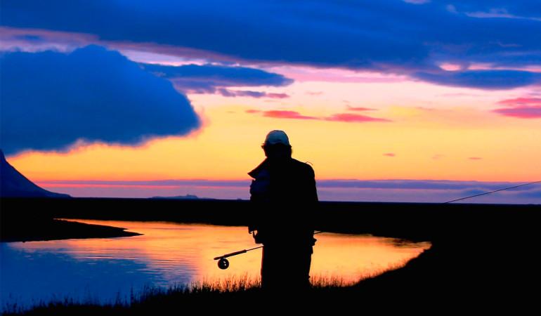 Fliegenfischen in der Nacht auf Forellen und Äschen – noch ist der Fluss still, kein Ring zeigt sich. Doch das wird sich bald ändern! Michael Werner fischt im Sommer nachts auf Forellen und Äschen. Foto: M. Werner