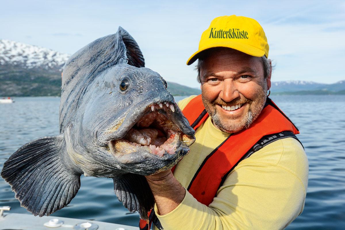 Um ihn ranken sich abenteuerliche Geschichten. Wohl jeder Meeresangler möchte einmal diesen ungewöhnlichen Fisch fangen. Auch Rainer Korn ist der Faszination Angeln auf Steibeißer erlegen.