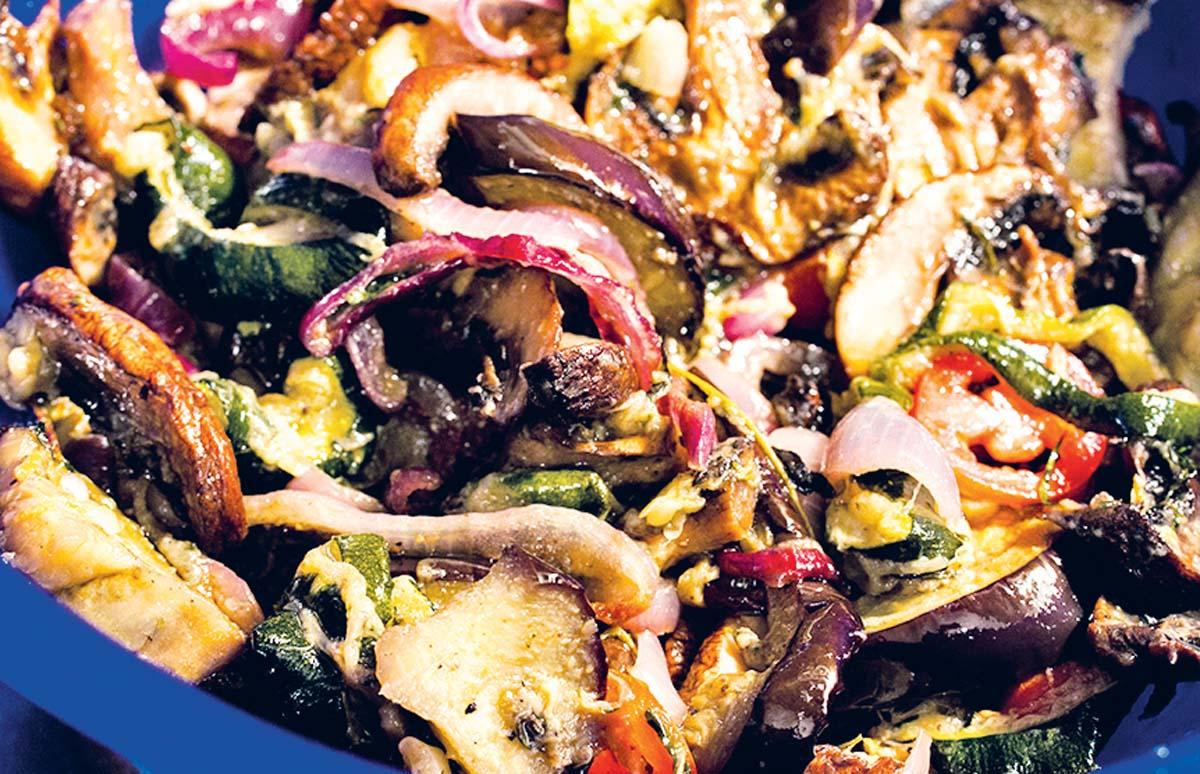 Das Ofengemüse nochmal kleinschneiden und in Honig, Salz, Pfeffer, Chili, Oregano, Zitronensaft und Olivenöl marinieren. Foto: Artur Jagiello