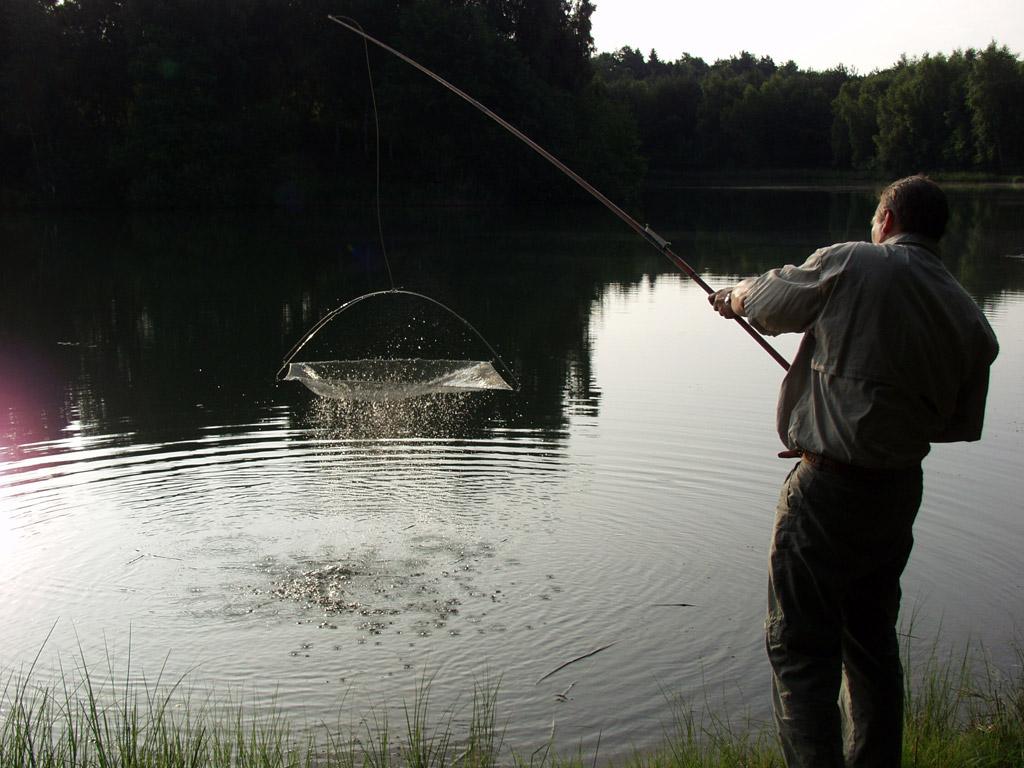 Mit einem verlängertem Arm lässt sich eine Senke leichter platzieren und wieder aus dem Wasser heben. Foto: BLINKER
