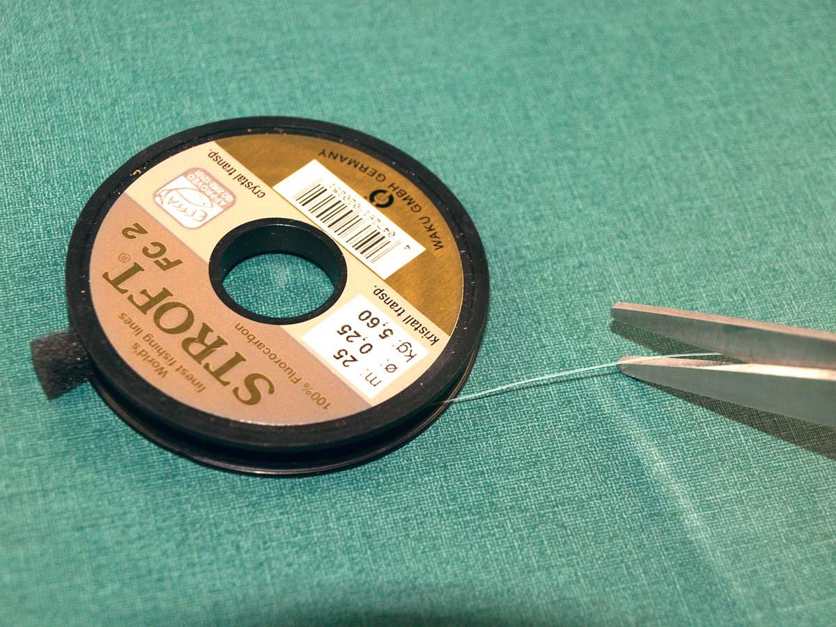 Ein 80 bis 100 Zentimeter langes Stück Fluorocarbon dient als Vorfach für die Seitenarm-Montage.
