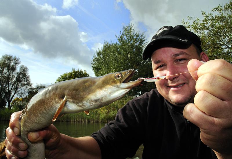 Aalangeln mit Fischfetzen: Den kapitalen Aal fest im Griff - da kann sich Arne Seiberlich ein Lächeln nicht verkneifen. Foto: A. Seiberlich