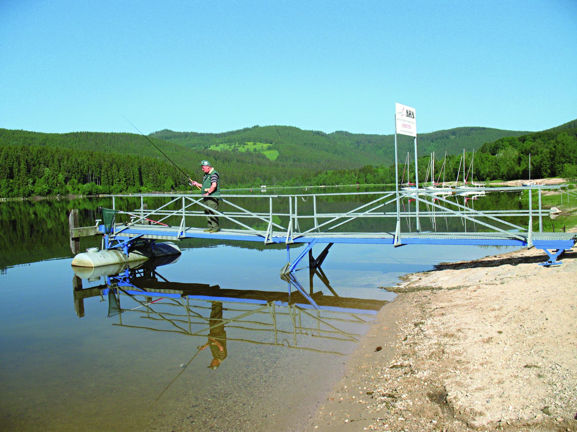 Die Bootsstege der Segelschule in Aha im Nordwesten des See.
