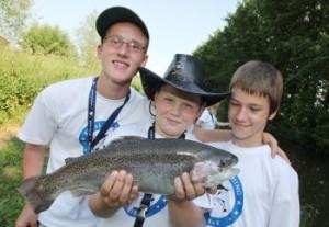 Beim Royal Fishing Jugendangeln zogen die Kinder stattliche Forellen aus dem Wasser. V. Kühne