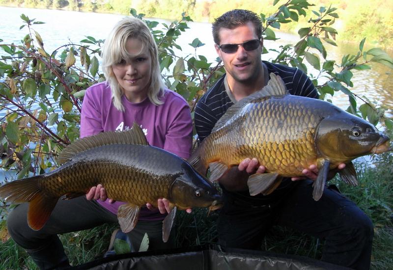 Ein unschlagbares Duo am See: Silke lernte von ihrem Freund viel über das Angeln.