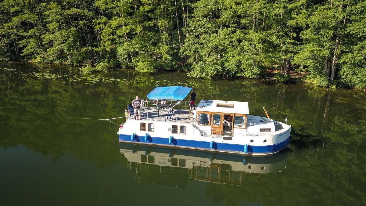 Schwimmende Wohlfühlzone: Mit dem Hausboot kann man die besten Plätze ansteuern und direkt vom Deck aus angeln.