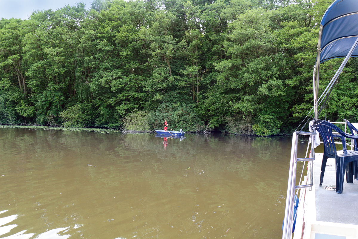 Mit einem kleinen Beiboot lassen sich auch die ganz flachen Gewässerbereiche befischen.