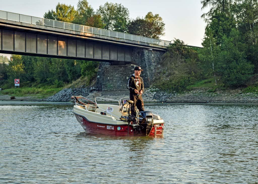 Mit einem Boot ist man auf einem so großen Gewässer klar im Vorteil. Geangelt werden darf aber nur, wenn ein Anker gesetzt ist. Foto: BLINKER/V. Wilde