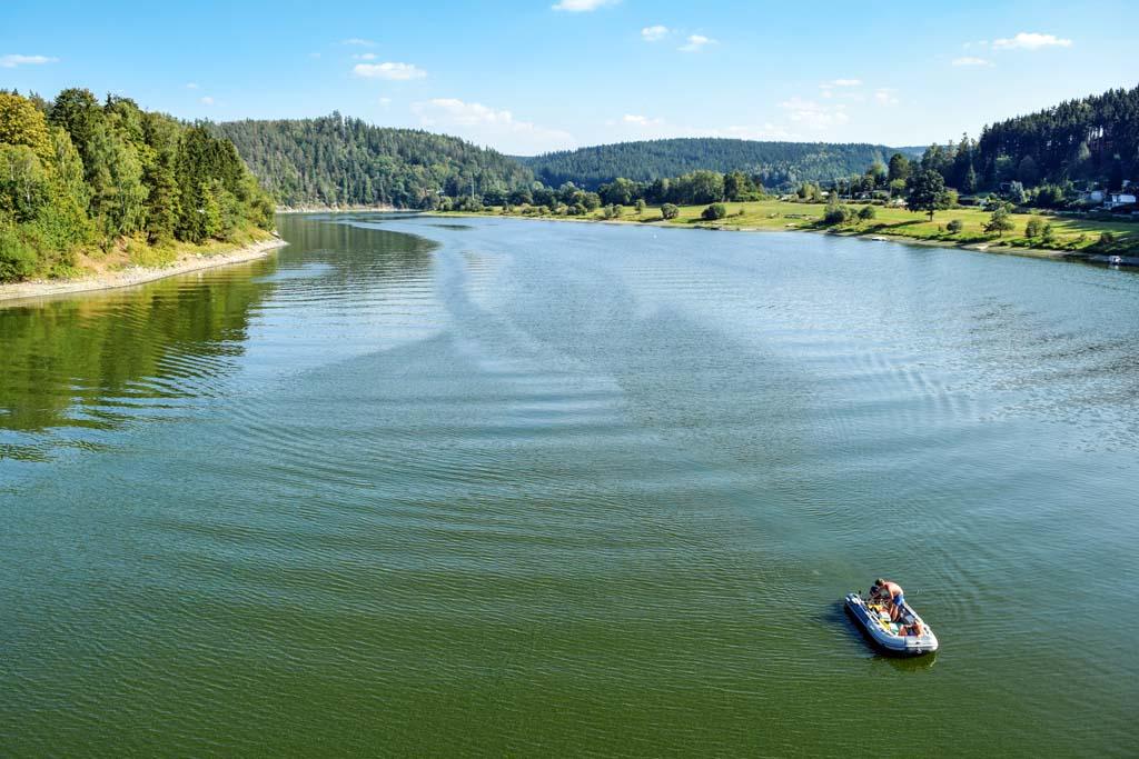 Die Bleilochtalsperre ist zwar nicht sehr breit, aber mit 28 Kilometer Länge dennoch ein riesiges Gewässer. Foto: BLINKER/V. Wilde