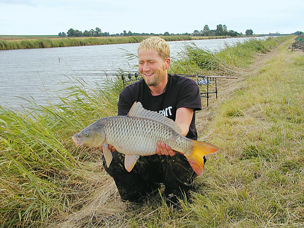 Karpfenangler Clemens Köster mit einem makellosen Kanalschuppi. Foto: privat