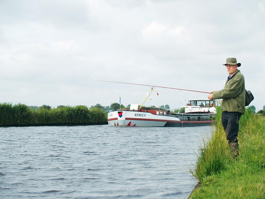 """Im westlichen Kanalabschnitt zwischen Emden und Aurich muss man tagsüber mit voll beladenen """"Pötten"""" rechnen. Foto: privat/blinker"""