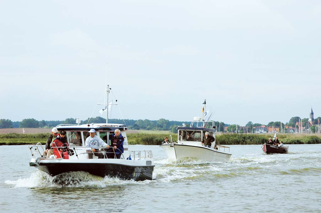 Die Flotte von Anglern rückt aus zum Fang von Barsch, Hecht und Dorsch. Foto: BLINKER