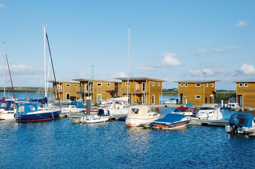Auf den schwimmenden Häusern im Hafen von Kröslin wohnt man in traumhafter Atmosphäre mitten im Fisch. Foto: BLINKER