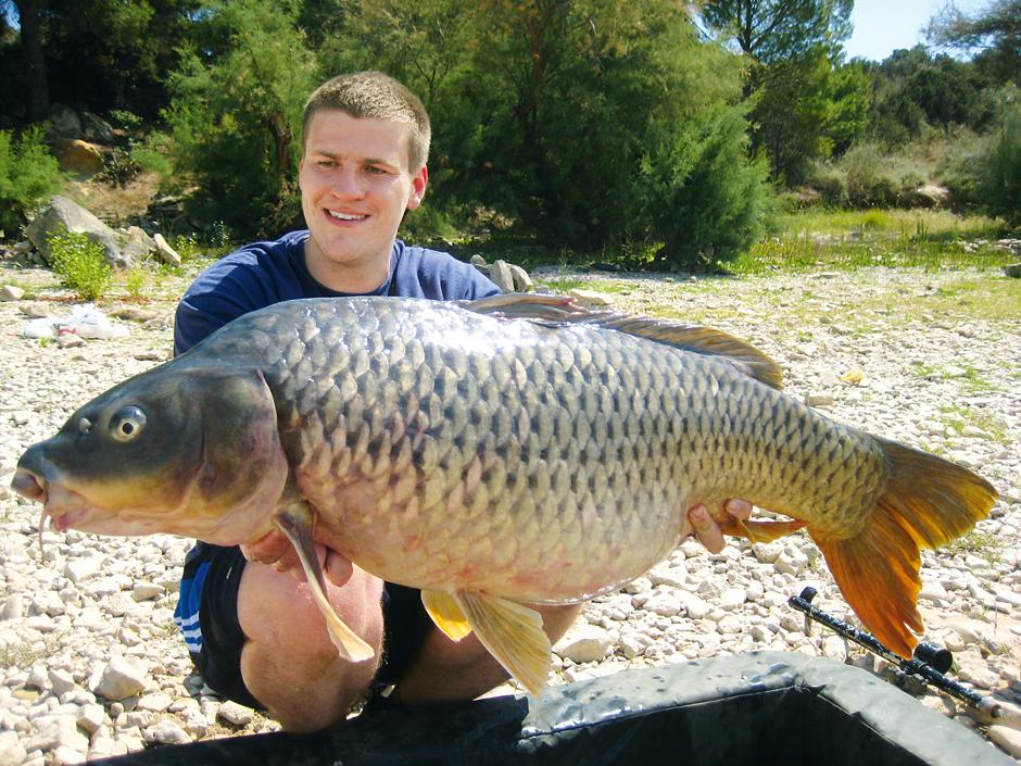 Wenn die Schnurwahl stimmt, dann klappt's auch mit den dicken Fischen, wie Autor Gregor Bradler mit diesem Schuppenkarpfen zeigt. Foto: G. Bradler