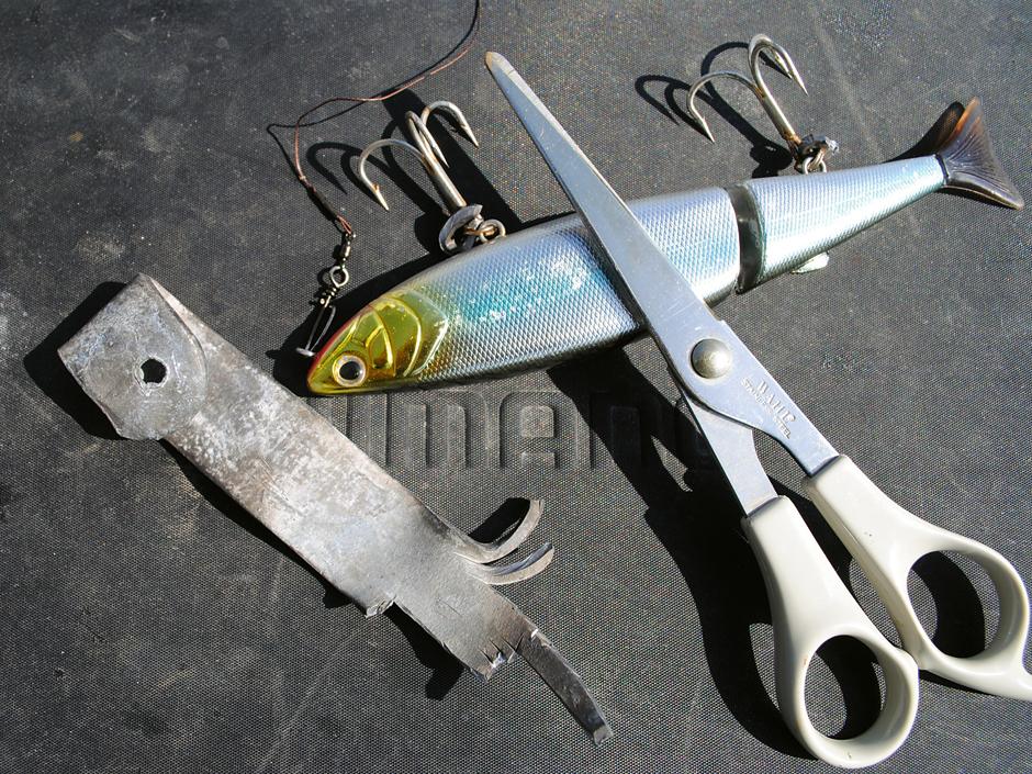 Die Bleiplatte lässt sich mit einer stabilen Schere in kleine Streifen schneiden. Foto: BLINKER/Hagemeister