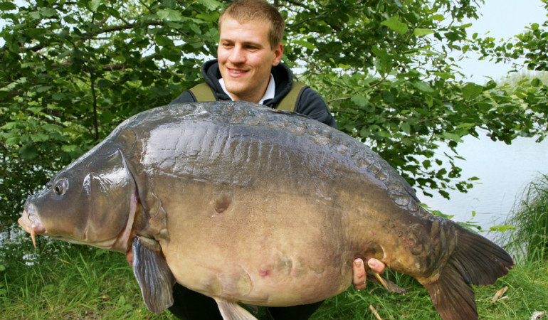 Gregor Bradler mit einem 35 Pfund Spiegelkarpfen