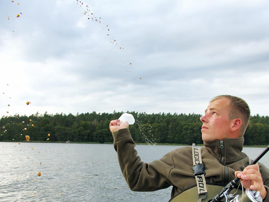 Beim Brassen angeln sollte man schön großflächig anfüttern. Foto: Blinker