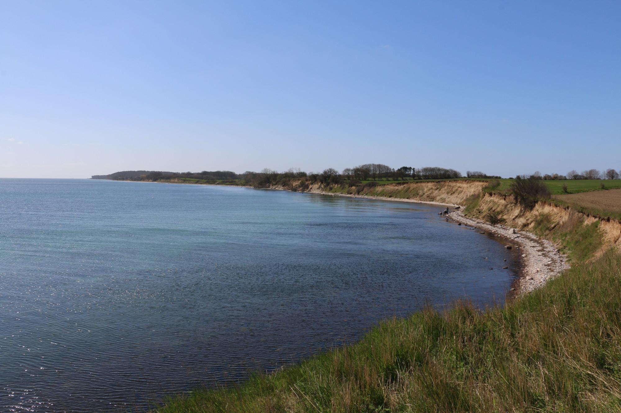 Bei Blick die Küste entlang kann einem Angler schon der Mut verlassen – sehr viel Wasser und relativ wenige Forellen. Durchziehen ist angesagt! Foto: BLINKER
