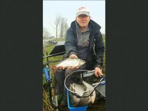 Oliver Nitze mit dicken Brassen und einem gut pfündigen Rotauge. Solche Fische lassen sich mit Zuckmückenlarven fangen.