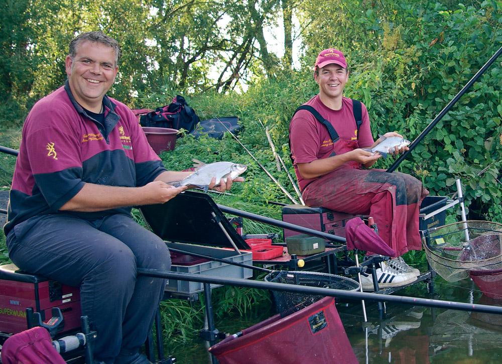 Matthias Weigang (links) und Tobias Klein strahlen über ihre Tandem-Fänge.