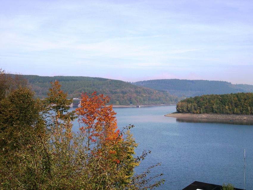 Blick über den Biggesee. Im nächsten Jahr wird der Wasserstand der Talsperre wegen Sanierungsarbeiten am Hauptdamm künstlich niedrig gehalten.