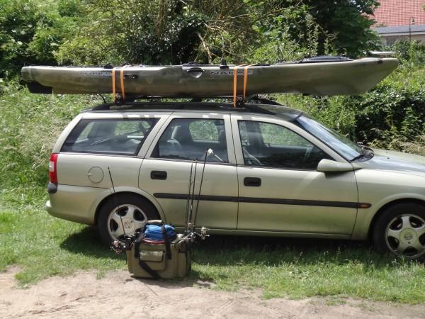 Ein Kajak lässt sich mit einem passenden Gepäckträger auf dem Dach eines Autos transportieren. Foto: BLINKER/S. Halletz