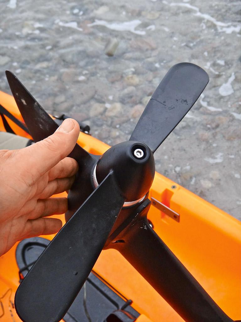 Die Antriebsschraube lässt sich bei einem Tretkajak auch einklappen. So kann man auch sehr flache Bereiche überqueren. Außerdem hat man mit einem Tret-Kajak stets die Hände frei zum angeln. Foto: BLINKER/S. Halletz