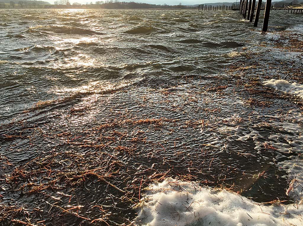 Plötzlich aufkommender Starkwind kann beim Kajakangeln gefährlich werden. Das Checken von Wetterbericht und Windvorhersage gehört zu den Pflichtaufgaben jedes Kajakanglers. Foto: BLINKER/S.Halletz