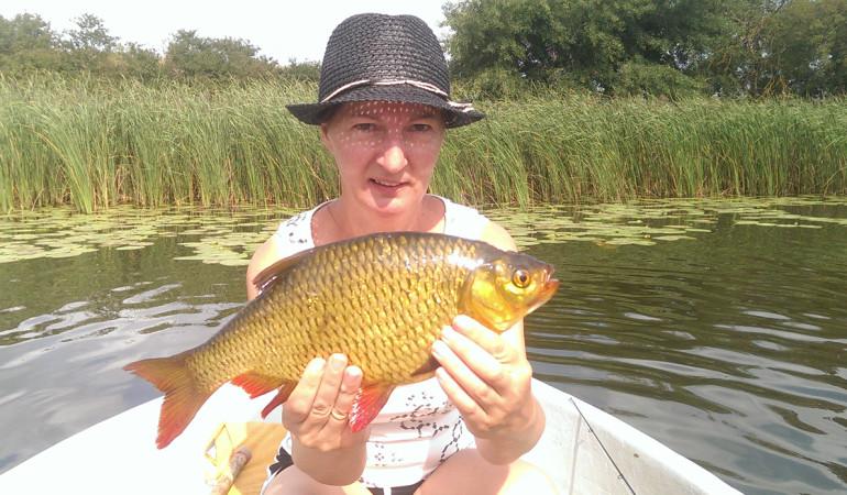 Goldstück gefangen: Annett Wilhelm fing diese Rotfeder im Rehberger See. © A. Wilhelm