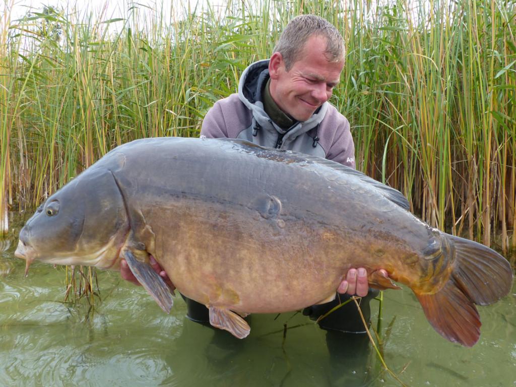 Knapp 54 Pfund: Diesen XXL-Spiegler fing David Hagemeister in einem Natursee in Mecklenburg-Vorpommern. © www.pronature-mv.de