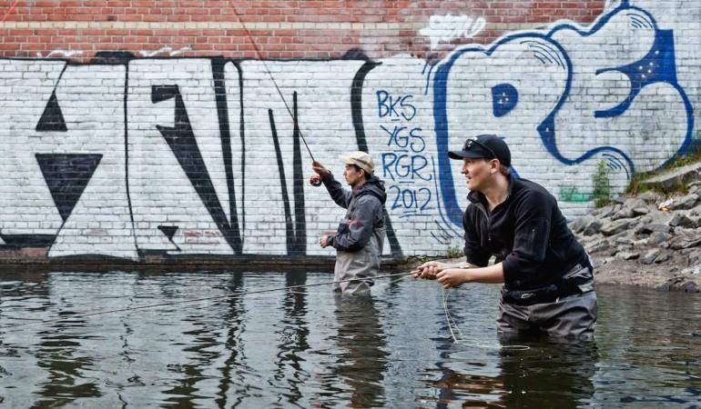 Simon und Ole beim Fliegenfischen in Berlin.