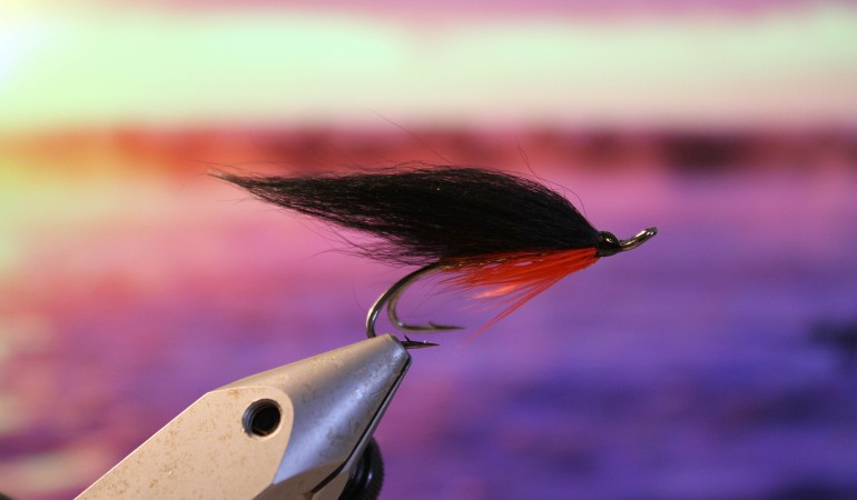 Gute Fliegen müssen nicht kompliziert sein, um Lachs, Meerforelle, Hecht oder andere Fische zu fangen.