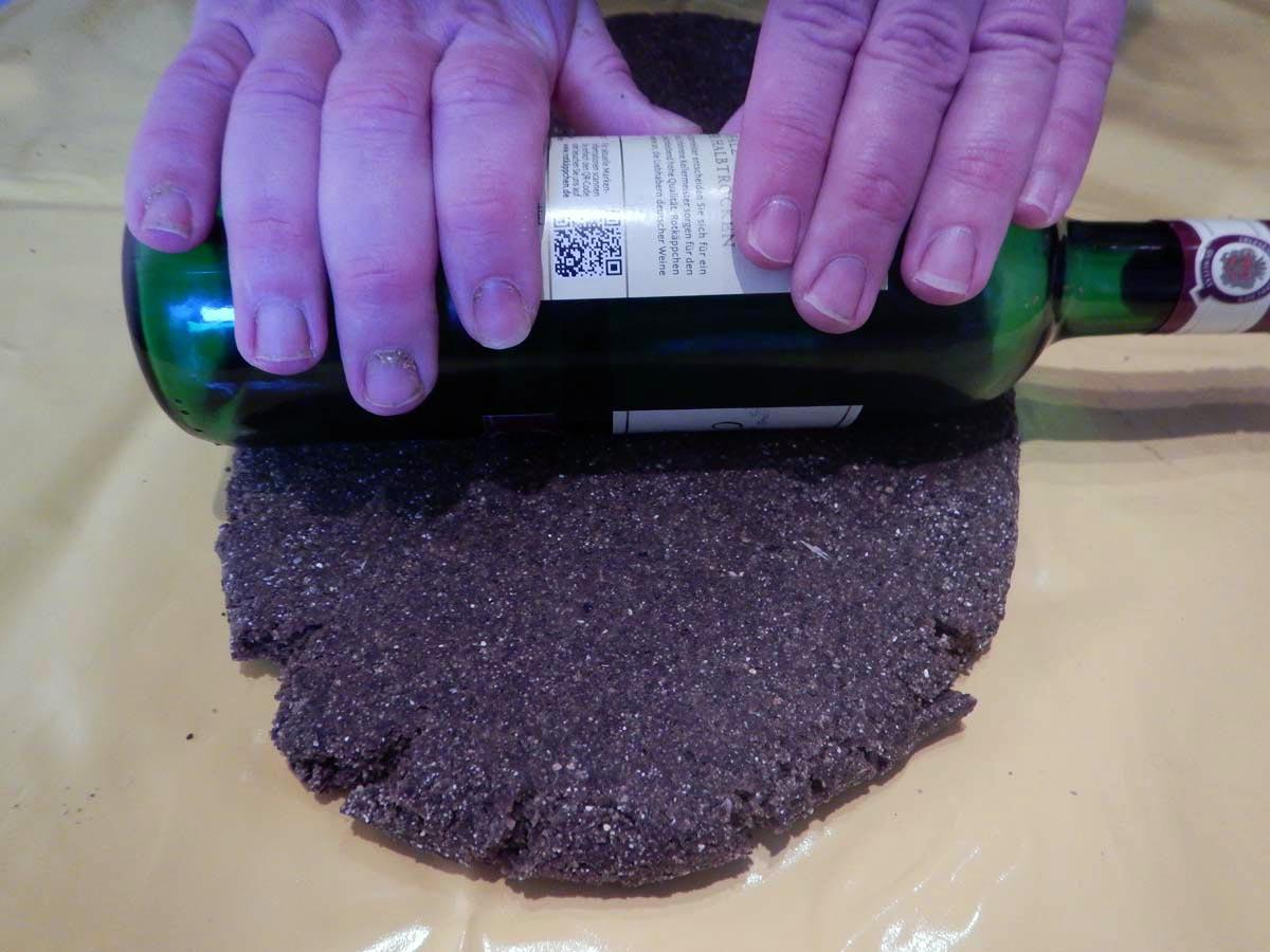 Mit einem Nudelholz oder einer leeren Weinflasche wird der Teig ausgerollt. Foto: G. Bradler