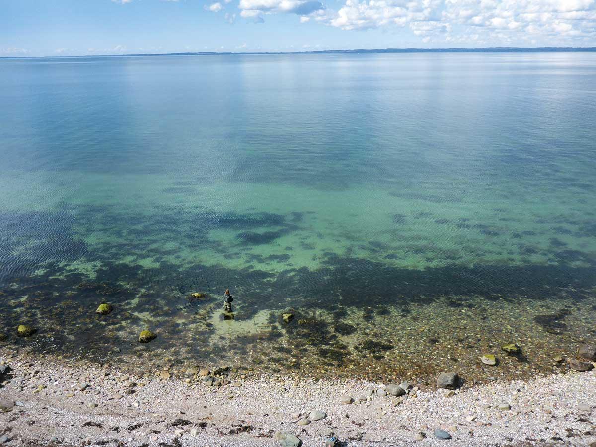 Tiefe Sandflächen, die sich vom Ufer aus erreichen lassen, sind relativ selten, noch seltener werden sie befischt. Doch diese Angelplätze sind das Jagdrevier der großen Sandaal-Fresser. Wird der Sand noch von Steinfeldern gesäumt, besteht echte Großfisch-Gefahr. Foto: J. Radtke