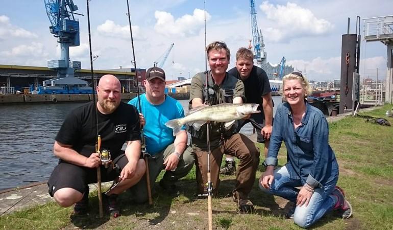 Jörg Strehlow mit seinen Guiding-Gästen im Hamburger Hafen. Foto: J. Strehlow