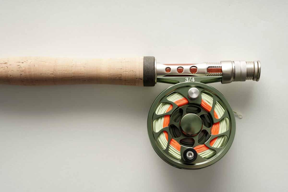 Beim Fliegenfischen dient die Rolle in erster Linie dazu, die Schnur zu halten. Das Backing (hier orange) kommt nur im Drill zum Einsatz. Foto: BLINKER / M. Heins