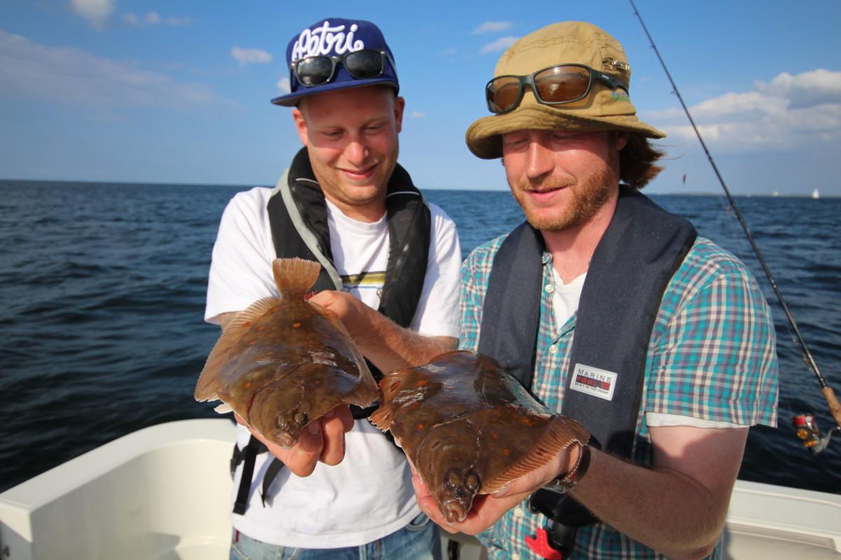 Zwei schöne Schollen bei herrlichem Wetter – Plattfischangeln in Dänemark kann richtig Spaß machen.