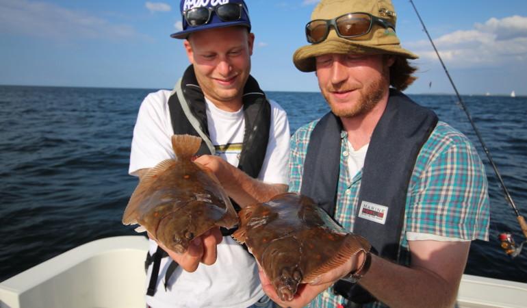 Zwei schöne Schollen bei herrlichem Wetter – Plattfischangeln kann richtig Spaß machen.