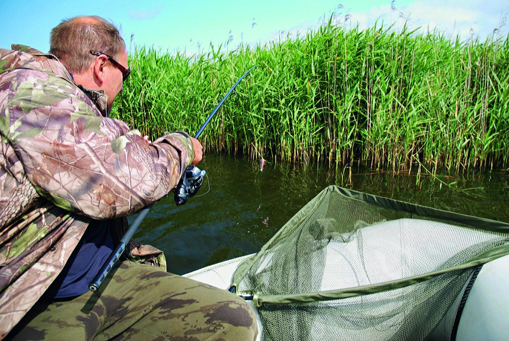 Auswerfen?Fehlanzeige! Viele Karpfenangler bringen ihre Monatge mit einem Boot aus. Foto: Rick Warren