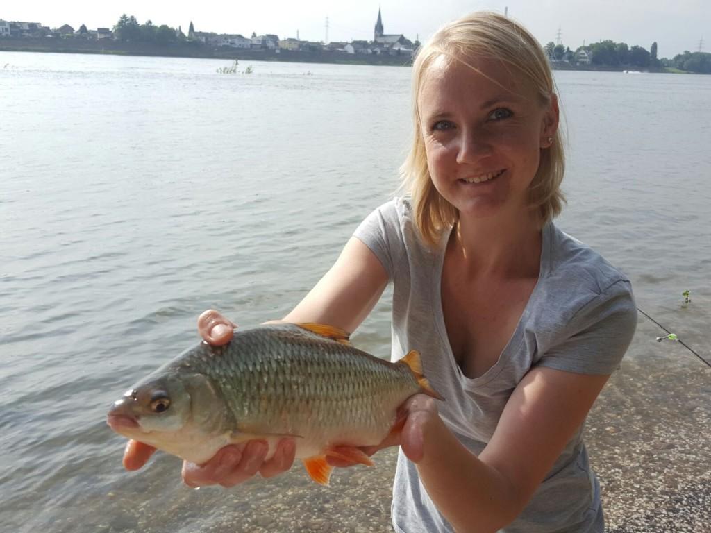 Lisa-Marie mit ihrem Rotauge aus dem Rhein.