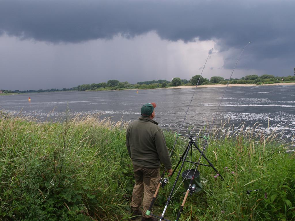 Ein aufziehendes Gewitter kann die Beißphase nochmal kurzeitig beim Angeln im Regen steigern.