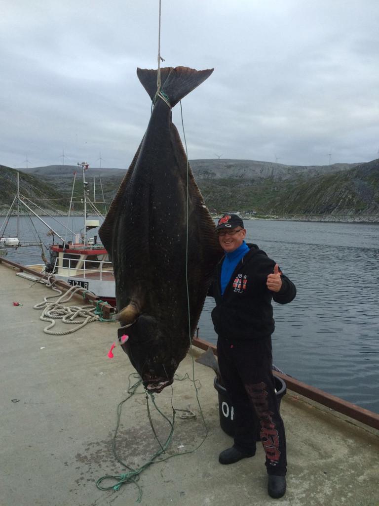 Jörg mit seinem kapitalem Heilbutt-Fang. Diesen Fisch wird er mit Sicherheit nicht so schnell wieder vergessen. Foto: Teltow/privat