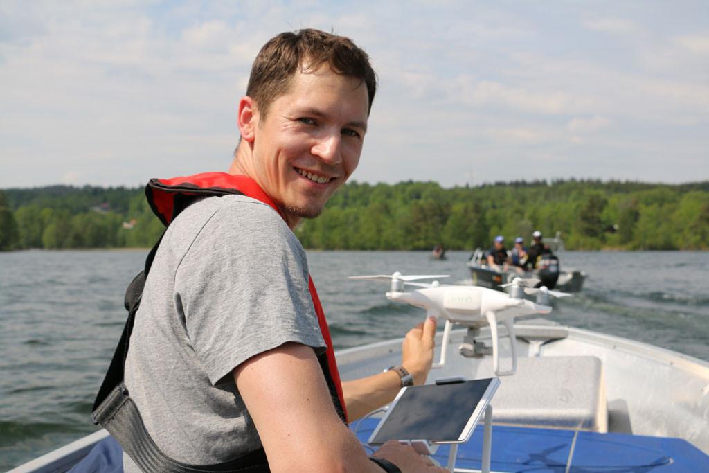 Filmer Marcus lässt die Drohne auf dem schönen See Södra Wixen steigen. Foto: blinker