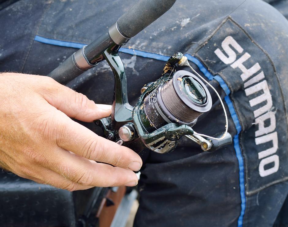 Über die Freilaufrolle wird Schnur für einen Schnurbogen freigegeben. Der bewirkt, dass man mit weniger Gewicht am Futterkorb angeln kann. Foto: Archiv