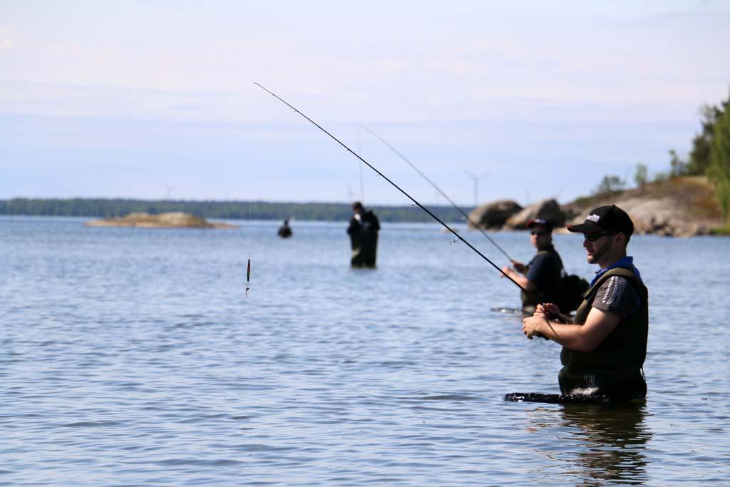 Nicht nur vom Boot, sondern auch vom Ufer mit Wathose erlebten die Teilnehmer beim Raubfischangeln Schweden das Feeling hautnah. Foto: BLINKER/J. Radtke