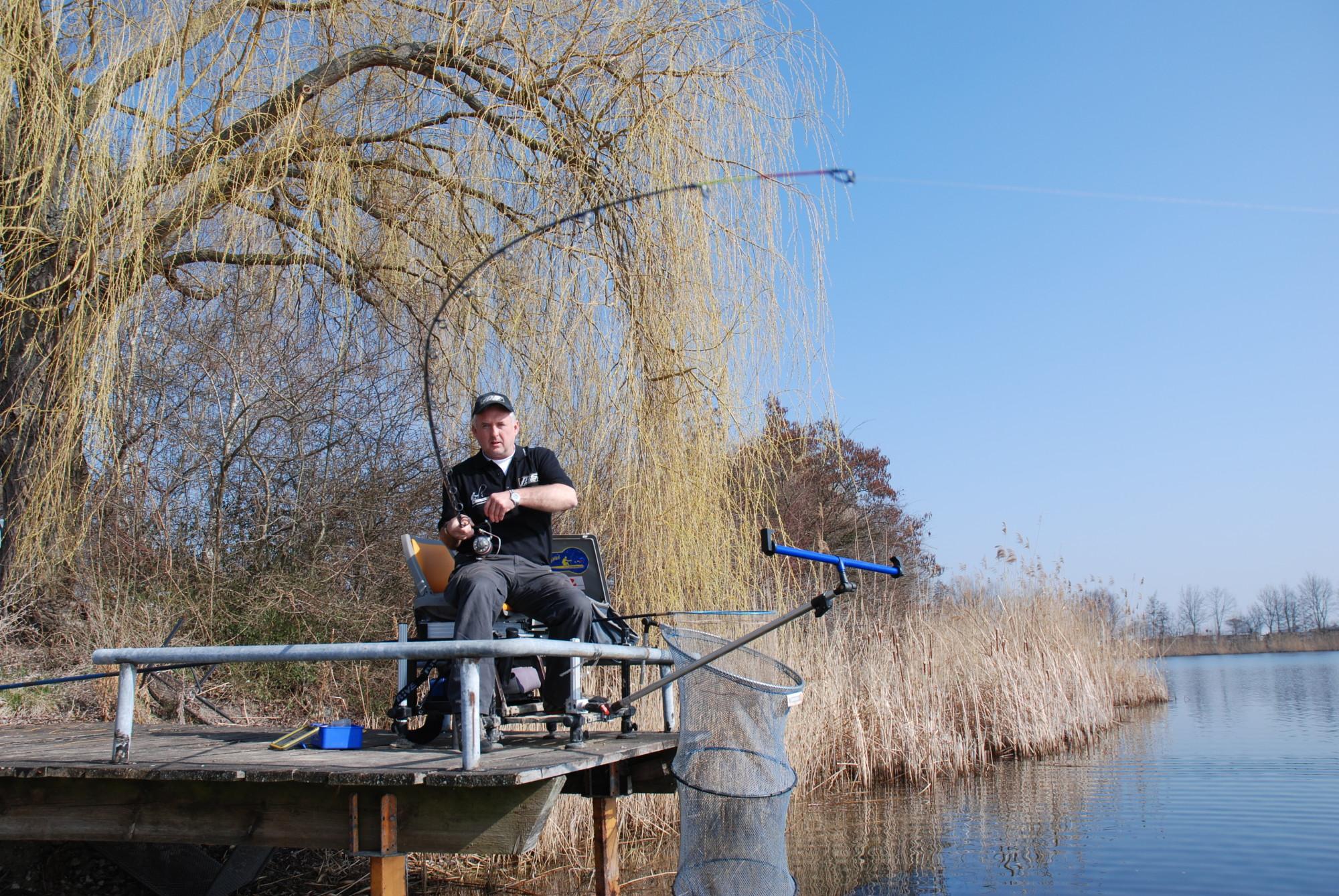 Brassen angeln mit der Feederrute: Anhieb! Ein weiterer Brassen ist gehakt und wird über die Rute ans Ufer gedrillt.